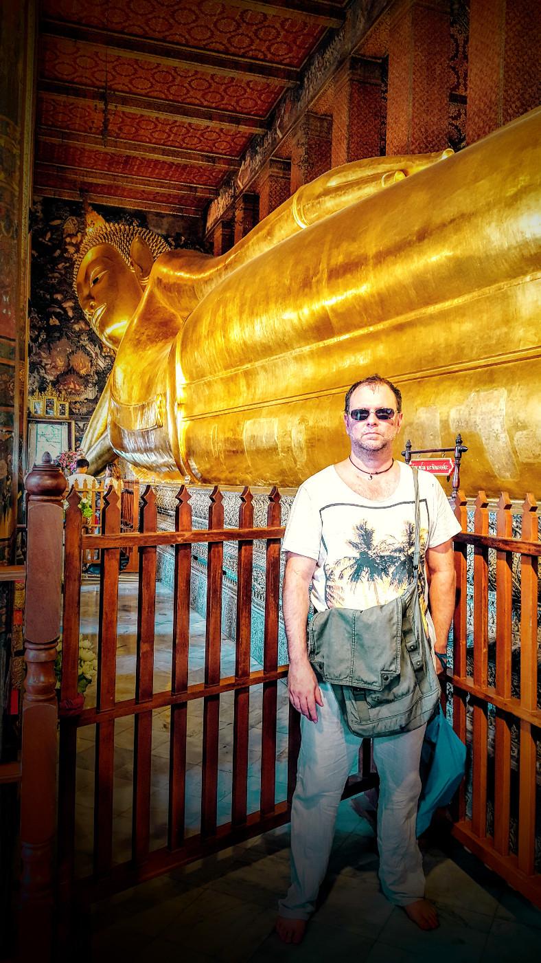 Christian Kolb vor liegenden Buddha