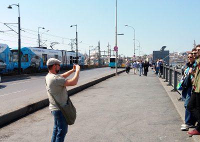 Emma macht Foto auf Galata Brücke