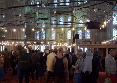 Besucher in blauer Moschee