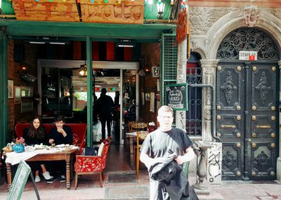 Faissti vor Cafe Privato in Istanbul