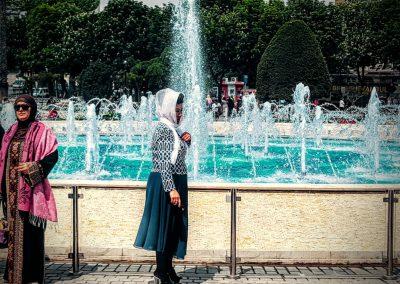 Frau am Brunnen Istanbul