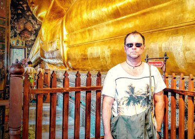Christian Kolb vor liegenden Buddha im Wat Pho