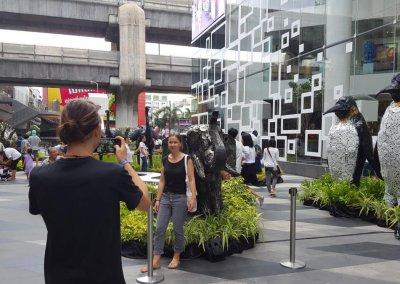 Model vor Elefant im Siam Center
