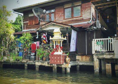 Hausaltar an den Klong in Bangkok