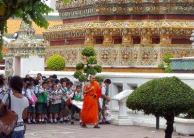 Mönch mit Schulklasse im Wat Pho