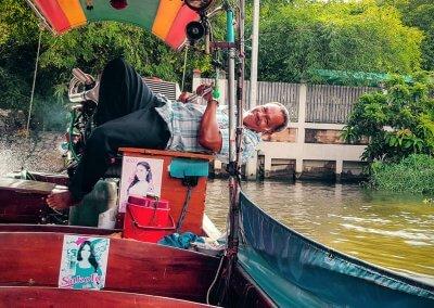 Longtailboot Fahrer in Klong