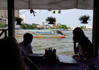 Longtailboot vor Loy La Long Hotel