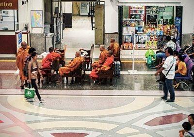 Mönche im Bahnhof von Bangkok