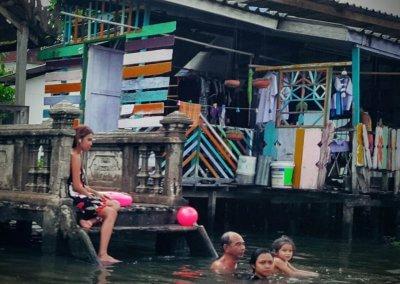 Kinder schwimmen in Klong in Bangkok