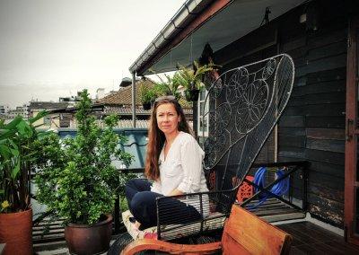 Frau im Korbsessel im Loy La Long Hotel in Bangkok