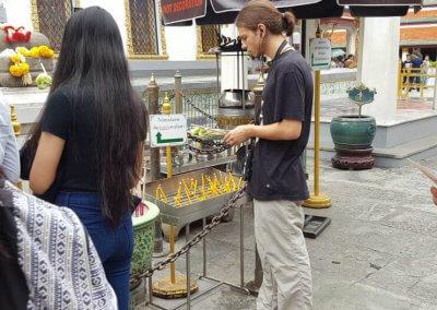 Spende geben im Wat Phra Kaeo