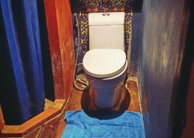 Toilette im White Room im Loy La Long Hotel
