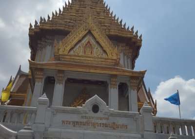 Treppen zum goldenen Buddha
