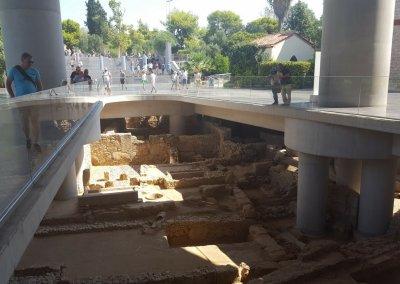 Vor dem Eingang des Akropolismuseum