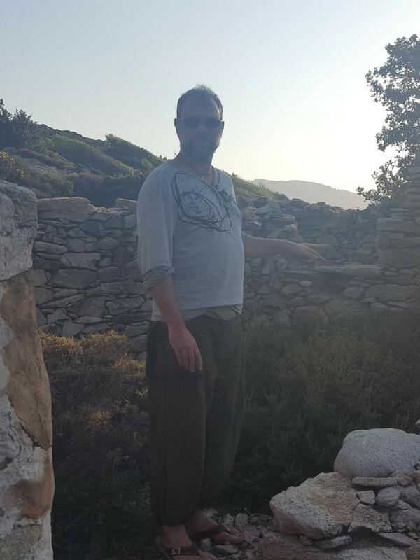 Emma in Ruine auf Ikaria Greece