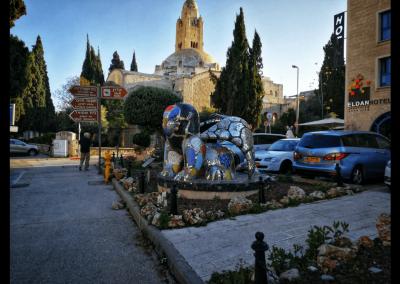 Skulptur vor dem Eldan Hotel
