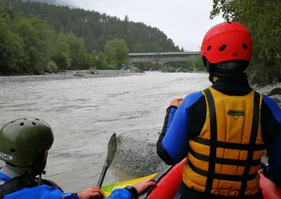 Warten mit dem Kayak im Kehrwasser am Inn