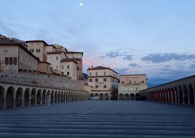 Vor der Basilica di San Francesco d'Assisi