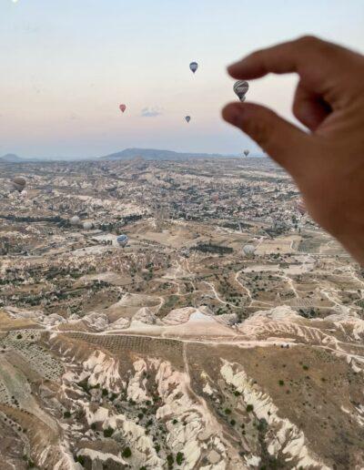 Heißluftballon zwischen den Fingern